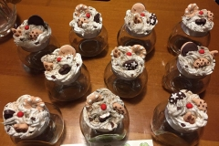 Vasetti di vetro decorati con dolcetti in fimo
